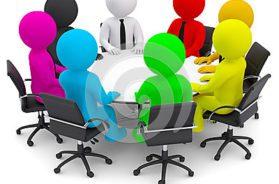 gente-multicolora-que-se-sienta-en-una-mesa-redonda-34303572